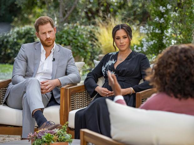 """Khủng hoảng Hoàng gia Anh: Cả gia tộc hỗn loạn sau buổi phỏng vấn """"kể hết"""" của Meghan và Harry với cáo buộc phân biệt chủng tộc nghiêm trọng"""