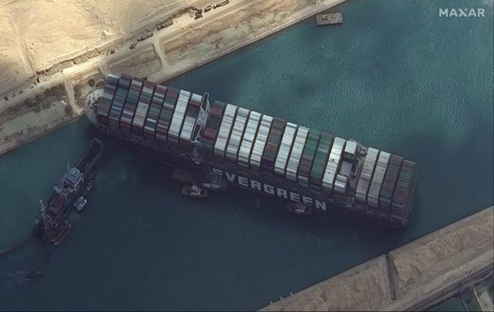 Giải cứu tàu mắc kẹt trên kênh đào Suez bằng tận dụng thủy triều