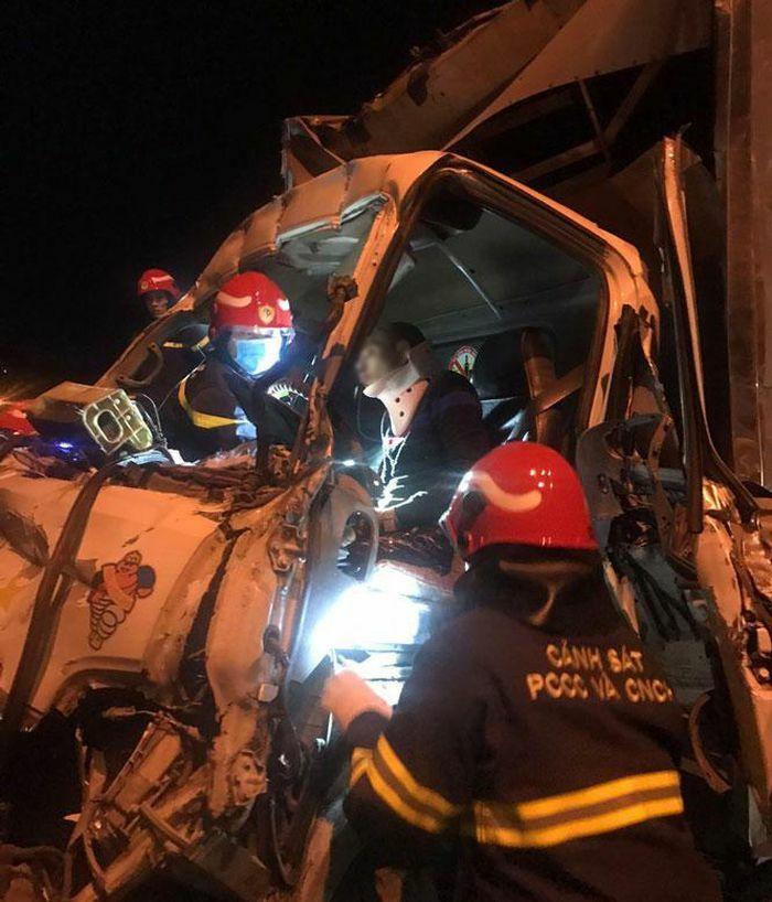Cắt ca bin cứu người mắc kẹt sau vụ tai nạn trên cầu Thanh Trì