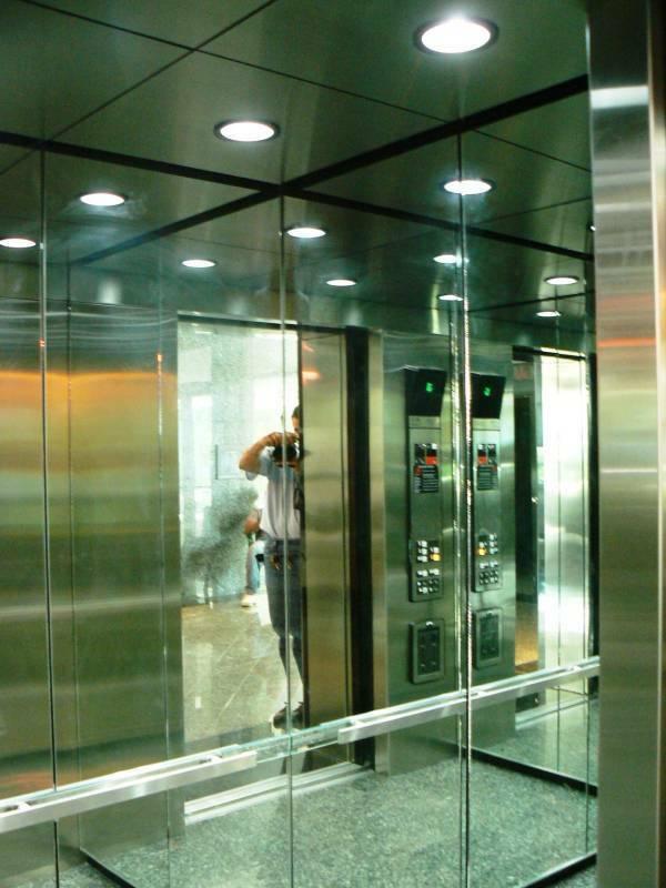 Hoá ra gương trong thang máy có vô vàn ý nghĩa không phải ai cũng biết