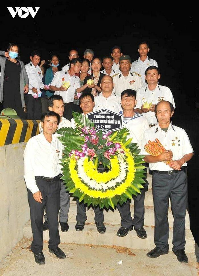 Kết vòng hoa đăng tri ân và tưởng niệm các liệt sĩ Gạc Ma