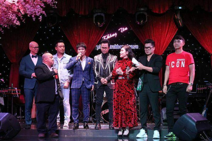 Lâm Vũ trao số tiền 93,3 triệu đồng cho mẹ ca sĩ Vân Quang Long