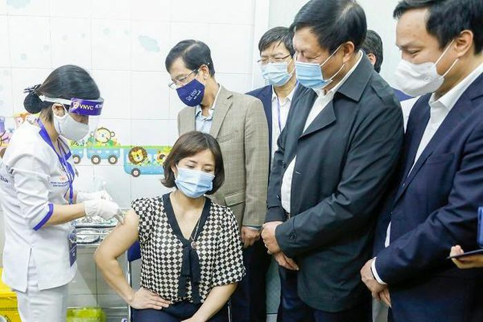 377 người tiêm chủng vắc xin COVID-19 ngày đầu tiên ở Việt Nam chưa ghi nhận phản ứng sau tiêm