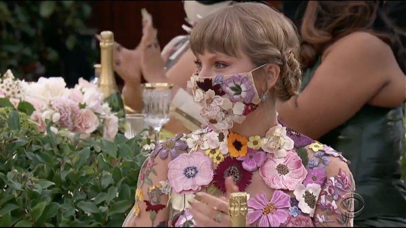 """Taylor Swift """"gây bão"""" vì hành động chúc mừng tình cũ Harry Styles nhận giải Grammy"""