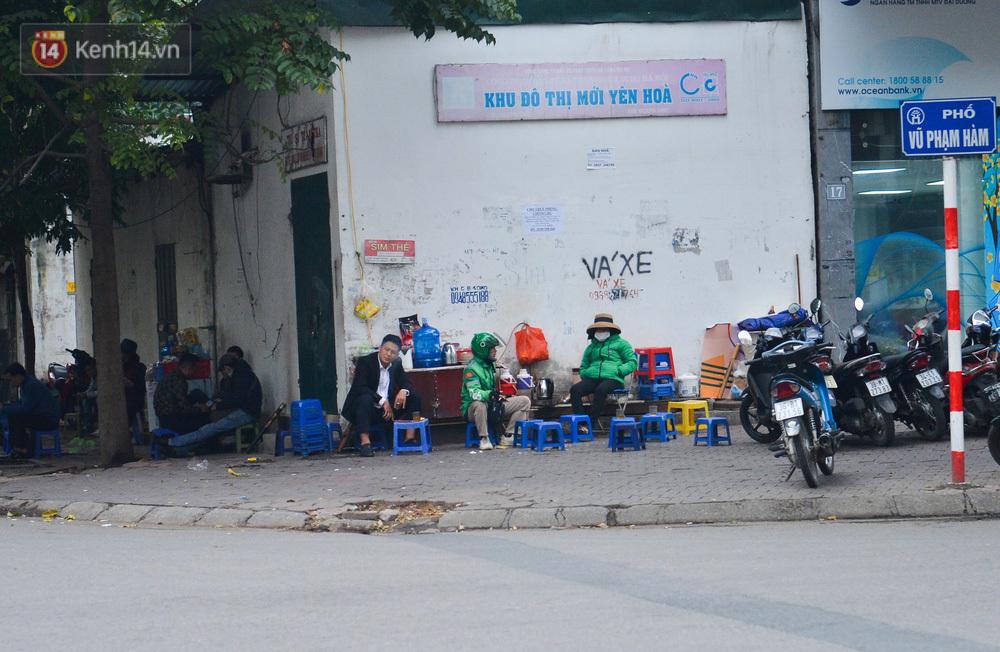 Ảnh: Trà đá vỉa hè Hà Nội vẫn bán tràn lan, bất chấp lệnh cấm phòng dịch Covid-19