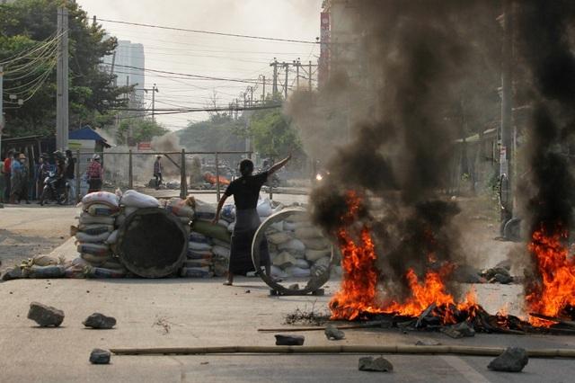 """Biểu tình bạo lực """"nhấn chìm"""" nền kinh tế Myanmar"""