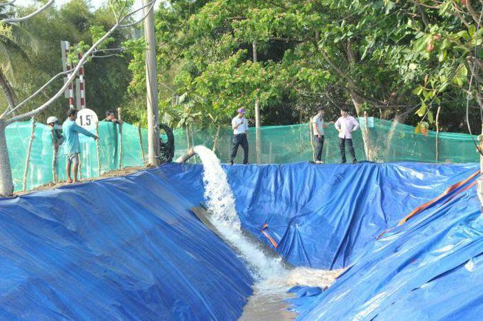 Nông dân chủ động tích nước, trữ ngọt chống hạn, mặn
