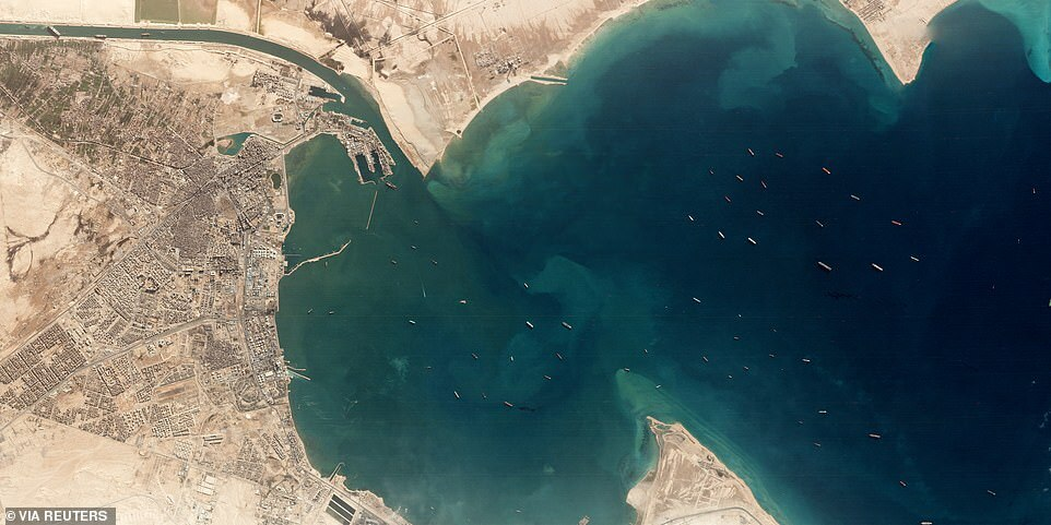 Ảnh vệ tinh hé lộ cảnh tắc nghẽn ở nơi siêu tàu 200.000 tấn mắc cạn tại kênh đào Suez