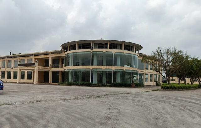 Trung tâm hàng chục tỉ đồng bị bỏ hoang, vẫn xin cấp phép để sửa chữa