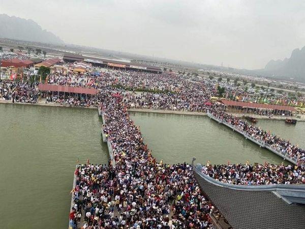 """Hàng vạn người chen lấn, xô đẩy đi lễ ngày cuối tuần, ngôi chùa lớn nhất thế giới """"thất thủ"""""""