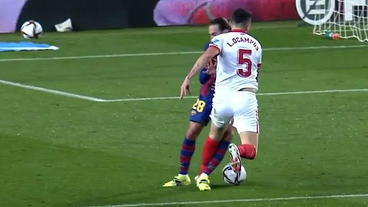 Vì sao Barca không bị đuổi người và phạt penalty?