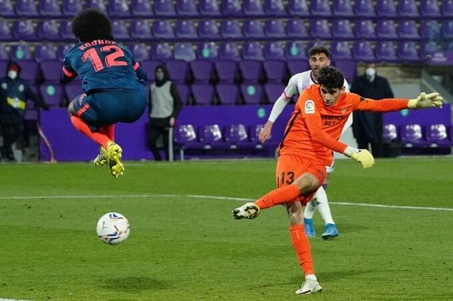 Thủ môn Sevilla gây sốt với pha ghi bàn ấn tượng phút cuối