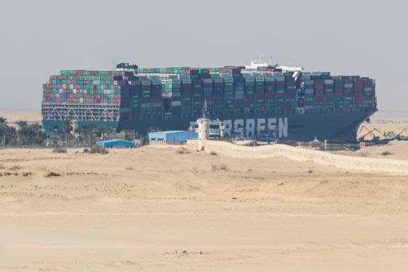 Tàu Ever Given nổi một phần sau 6 ngày mắc cạn ngang kênh Suez