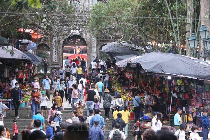 Ngày đầu mở cửa chùa Hương đón 2 vạn lượt khách trong trật tự, yên bình