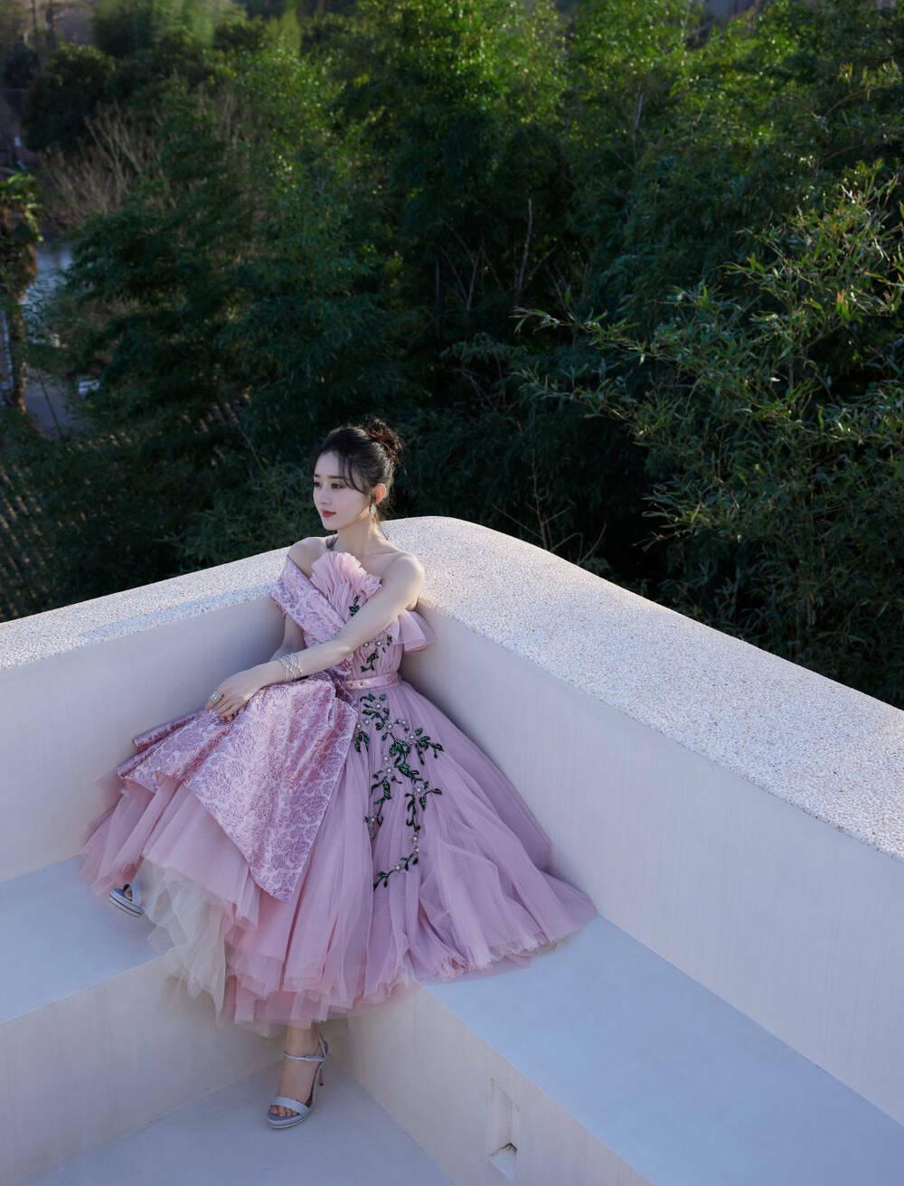 """Khán giả """"choáng"""" với hình ảnh mới nhất của Triệu Lệ Dĩnh trên sóng livestream"""