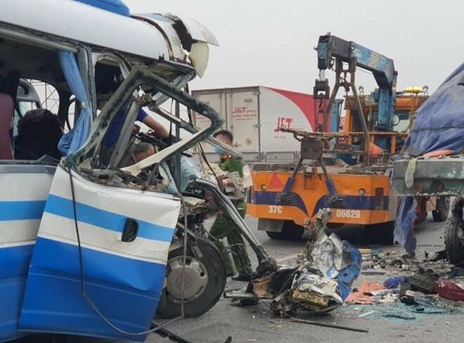 Khởi tố lái xe khách đâm đuôi xe tải làm 3 người tử vong