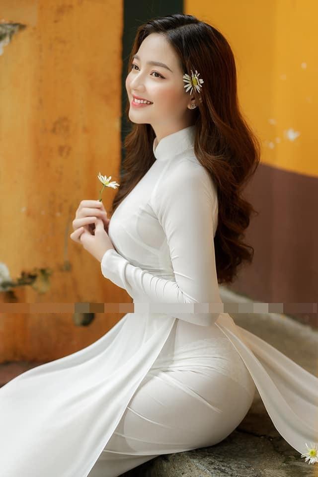 Loạt ảnh bikini nóng bỏng của cô gái mặc áo dài đẹp như Mai Phương Thúy