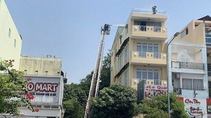 TP.HCM: Hàn xì gây cháy nhà nhiều tầng, 2 người được cảnh sát giải cứu