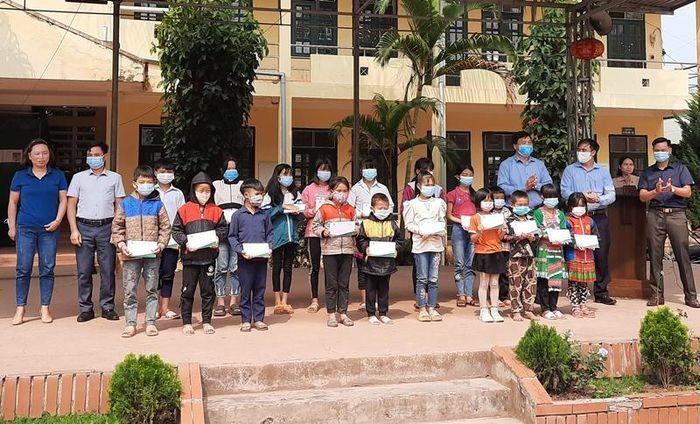 Trao 80 suất học bổng cho học sinh dân tộc thiểu số huyện Mường Nhé