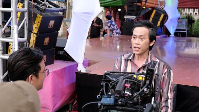 Hé lộ hình ảnh mới nhất của Hoài Linh trên phim trường