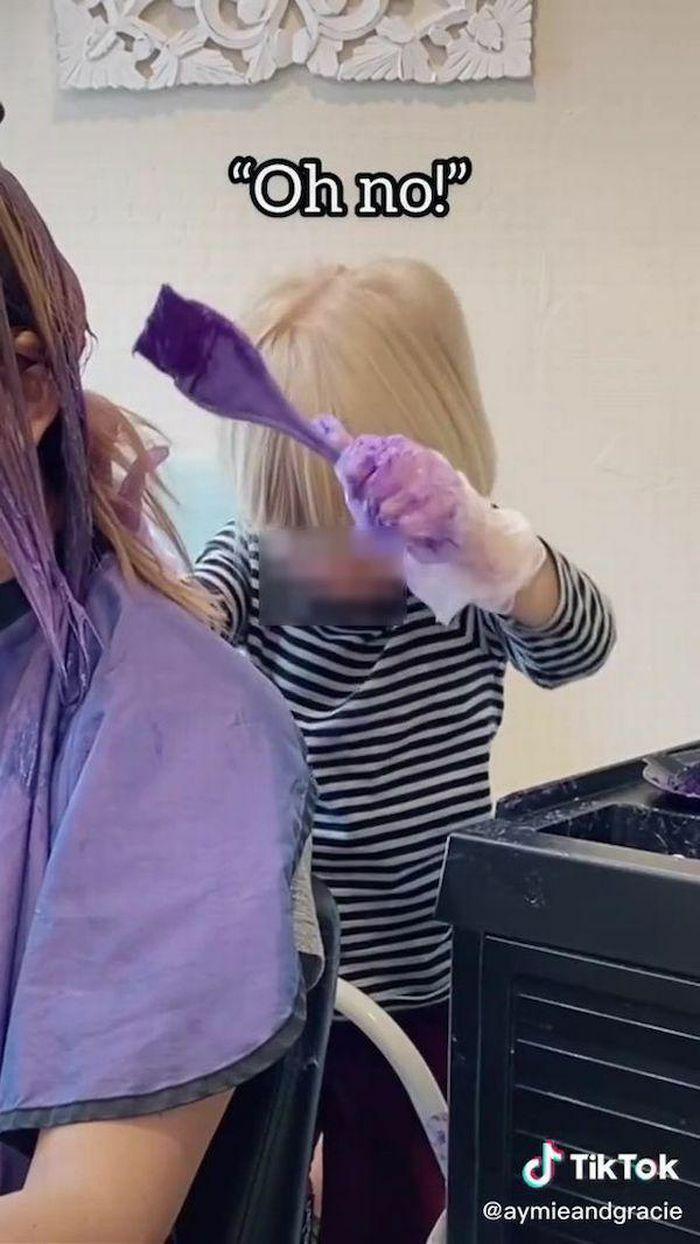 Để con gái 3 tuổi nhuộm tóc cho mình, người mẹ khiến dân mạng bất ngờ khi khoe thành quả