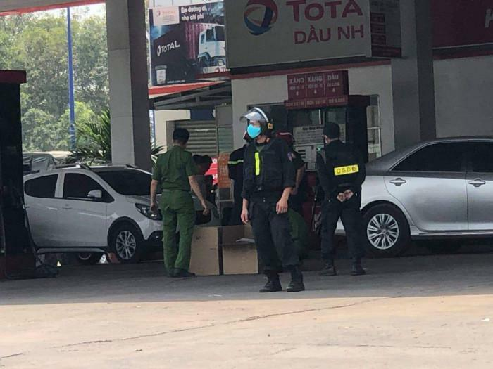 Nóng: Cảnh sát bao vây 2 cây xăng ở Bình Dương