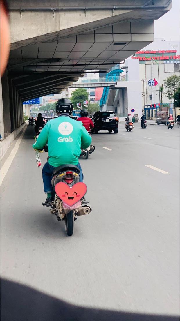 Khoảnh khắc ấm áp ngày 8/3: Người đàn ông đi xe ôm công nghệ tay cầm theo bông hồng nhỏ xinh để dành tặng người phụ nữ mình yêu thương
