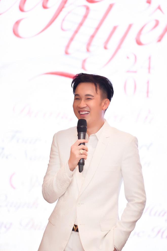 Đàm Vĩnh Hưng nhảy cẫng ôm Dương Triệu Vũ tại sự kiện