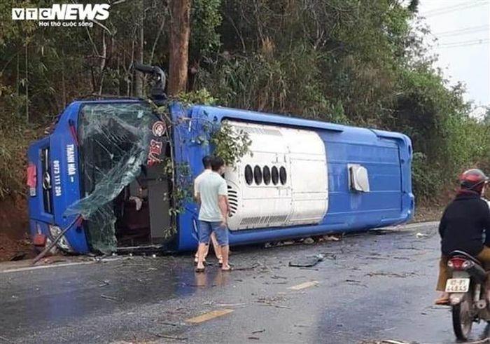 Lật xe khách giường nằm, 19 người bị thương