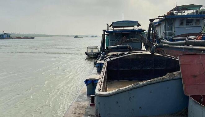 Lợi dụng chập tối, tàu 'khủng long' hút cát trộm trên sông Hồng