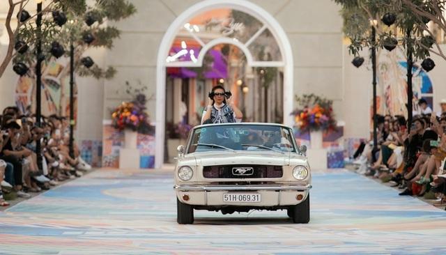 Siêu mẫu Thanh Hằng xuất hiện trên sàn diễn với xe cổ