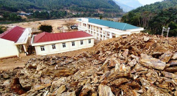 Thanh Hóa: Di dời 75 ngôi mộ để xử lý sạt lở mái ta luy cạnh trường học