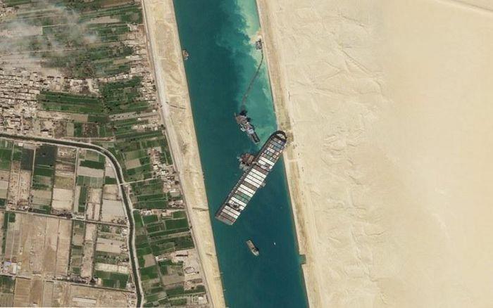 Tàu Ever Given nổi một phần sau sáu ngày kẹt trên kênh đào Suez