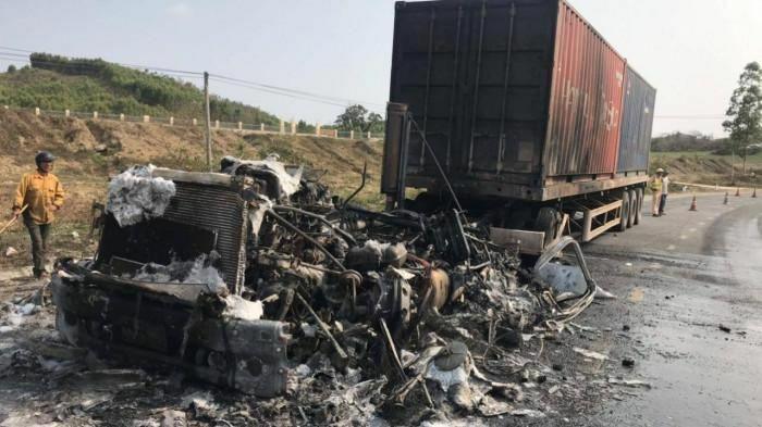 Gia Lai: Hai xe bốc cháy sau tai nạn trên QL19, một người tử vong
