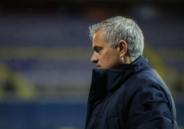 Thua rệu rã, Mourinho vào phòng thay đồ đối thủ làm ngay 1 điều