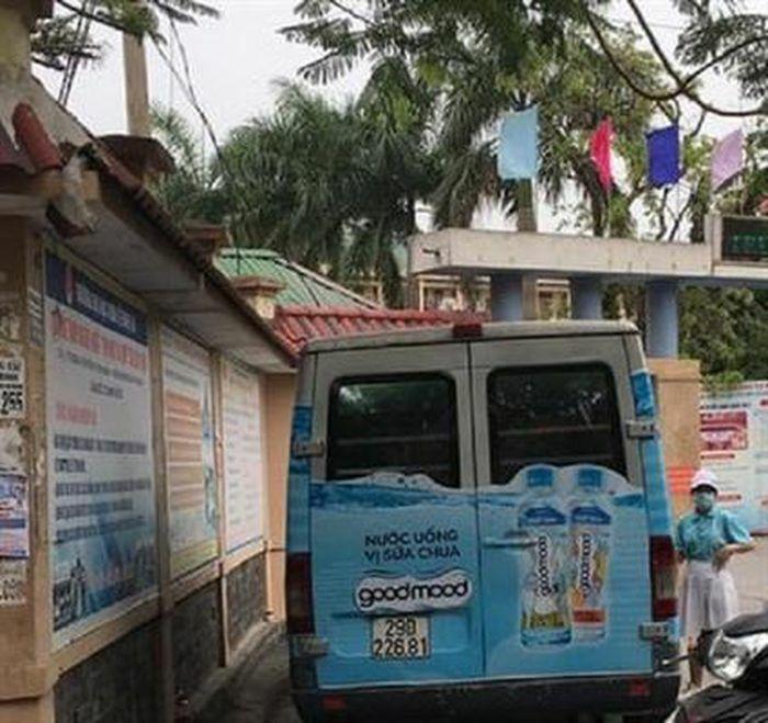 Điều tra nhóm phát nước miễn phí trước cổng trường khiến học sinh đau bụng