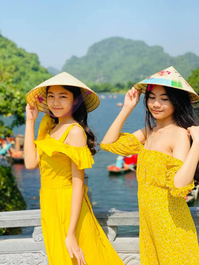 Hai ái nữ nhà Quyền Linh được khen nhan sắc nức nở trong hình ảnh đội nón lá duyên dáng được bố chia sẻ