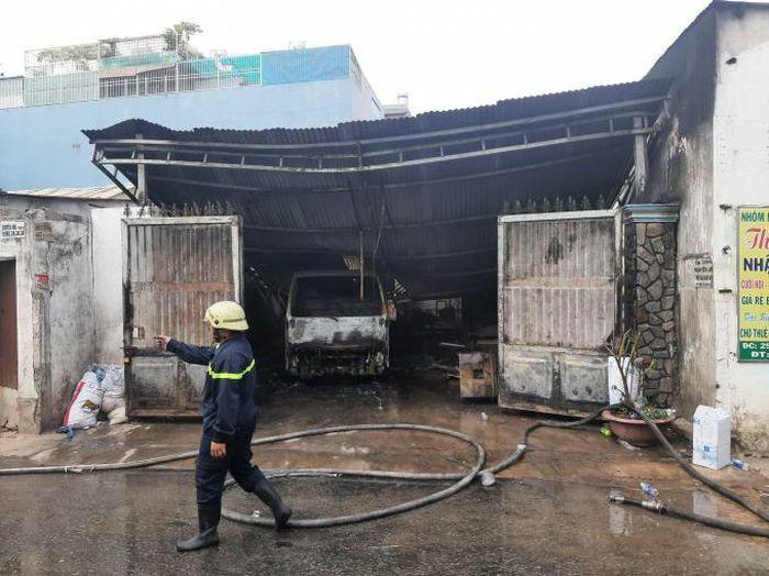 Cháy xưởng trong hẻm sâu, nhiều tài sản bị thiêu rụi ở TP HCM