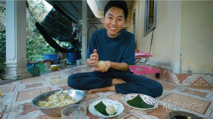 Khoai Lang Thang về quê chặt chuối, nạo dừa làm món đặc sản tuổi thơ