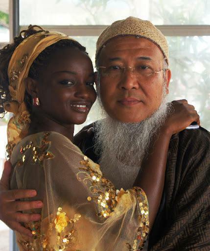 Hoạ sĩ già chi 143 tỷ đồng cưới vợ châu Phi kém 21 tuổi giờ ra sao?