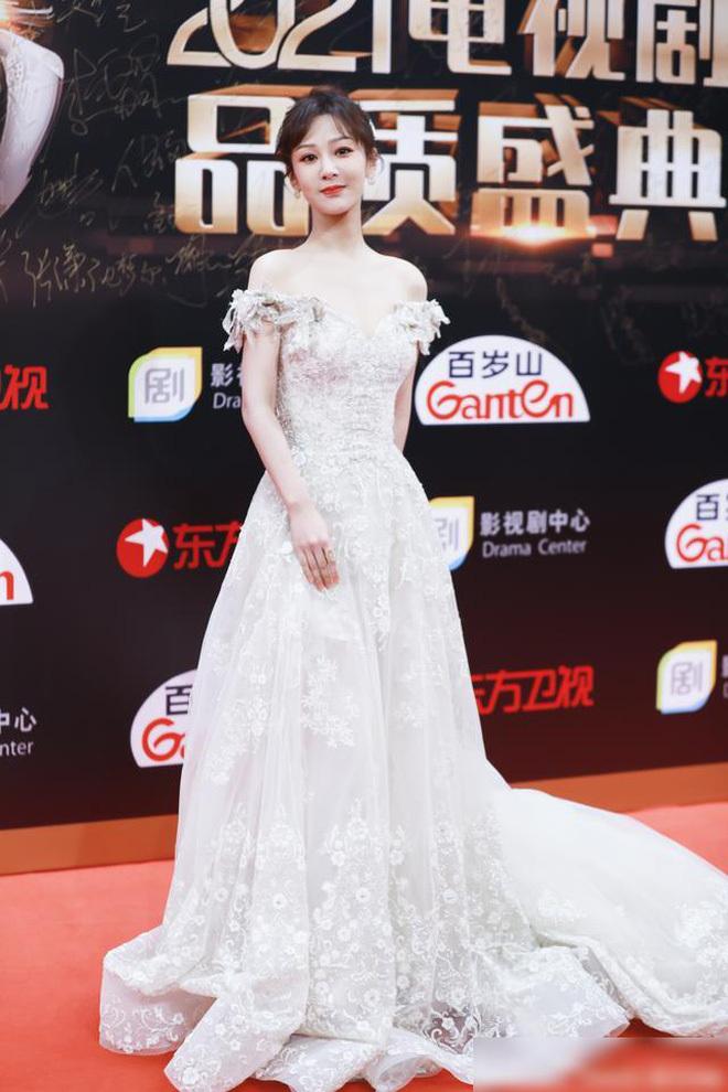 """Netizen tranh cãi chuyện Dương Tử chuyên diện đầm dạ hội mà đi giày hầm hố: """"Không tôn trọng khán giả sao?"""""""