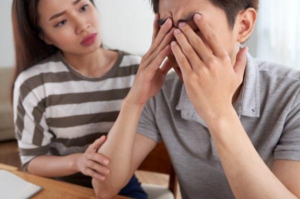 Sau chuyến công tác, tôi chết sững khi thấy chiếc áo ngực dưới gầm giường, nghe chồng giải thích mà khóc nghẹn