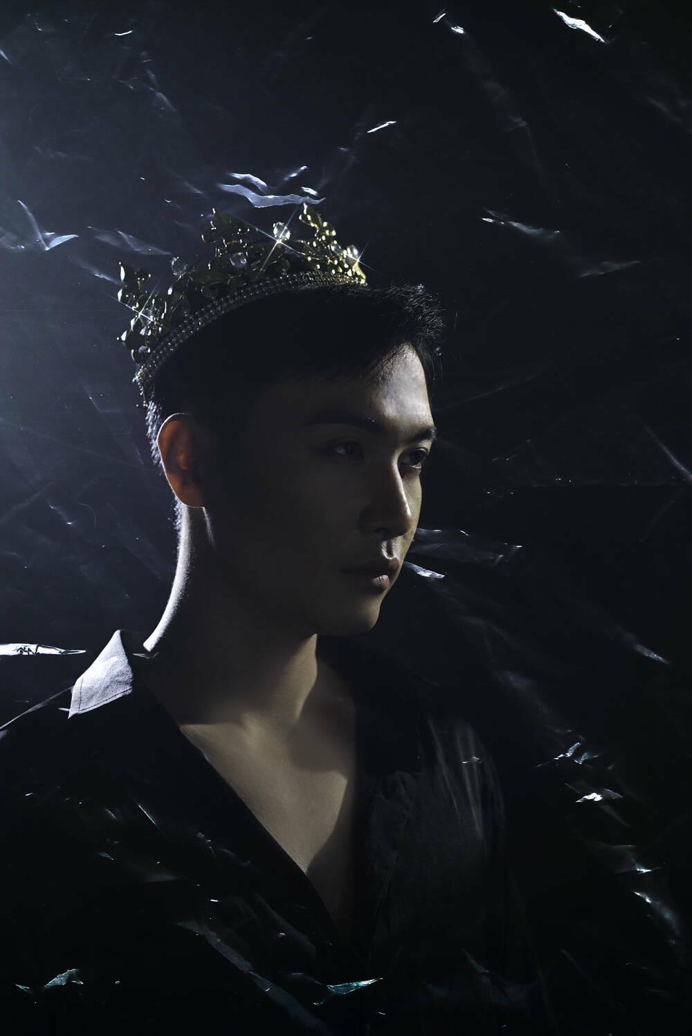 Phạm Anh Duy (The Voice) khác lạ trong MV mới, ẩn dụ độc đáo trên nền nhạc điện tử ma mị