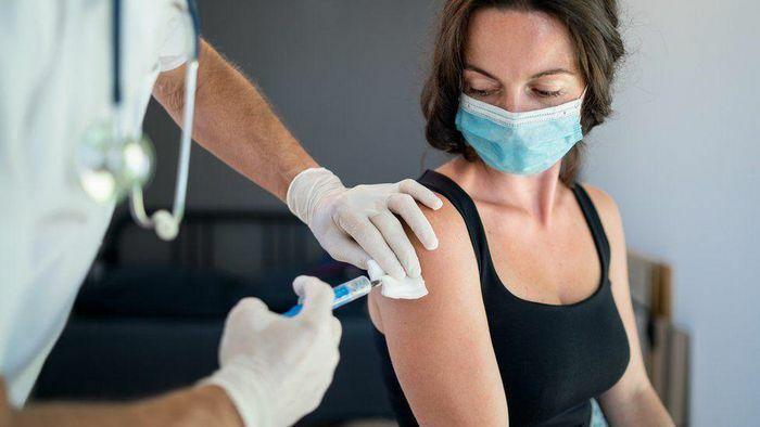 Tác dụng phụ thường gặp ở nữ giới sau khi tiêm vaccine Covid-19