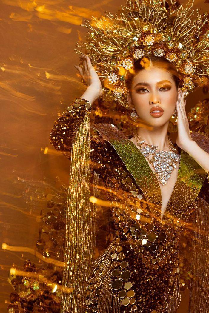 Ngọc Thảo mang thiết kế trang phục dân tộc nặng 30 ký chinh chiến Miss Grand International 2020
