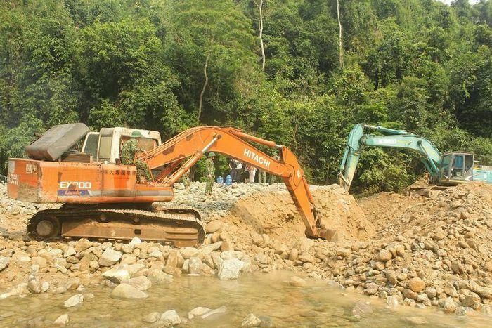 Huy động thêm máy múc tìm kiếm các nạn nhân mất tích tại Thủy điện Rào Trăng 3