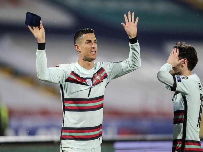 """Ronaldo ném băng """"C"""" vì trọng tài từ chối 3 điểm của Bồ"""