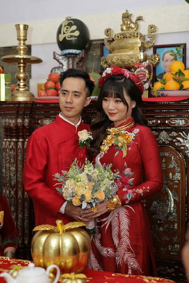 Cô dâu Tiền Giang đeo vàng kín hai tay, nhìn bông hoa trên cổ mà ai cũng choáng ngợp