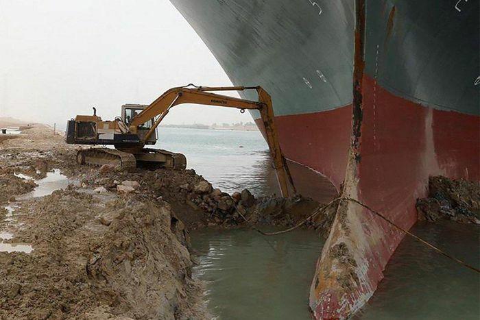 Vụ tàu mắc kẹt trên kênh đào Suez trở thành đề tài chế ảnh trên mạng xã hội