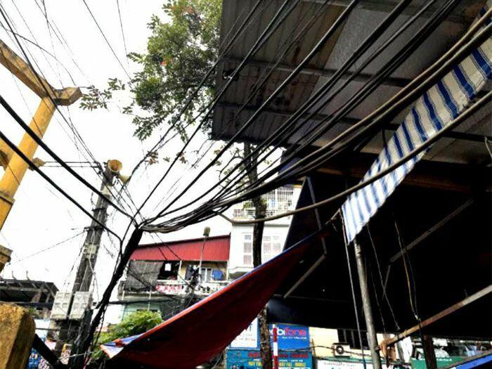 Phản hồi thông tin về tình trạng dây điện, dây cáp võng xuống đường